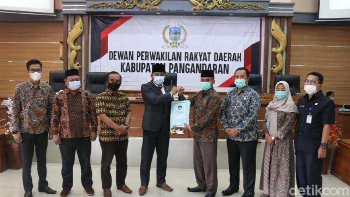 Komisioner KPU menyerahkan berkas hasil Pilkada kepada pimpinan DPRD Pangandaran