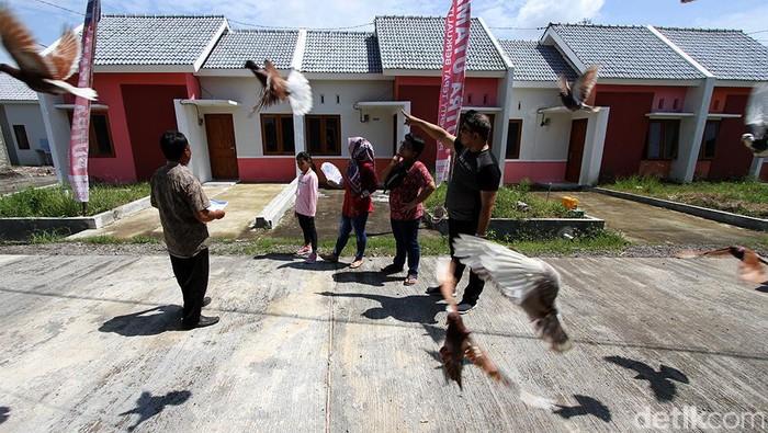 Arsitek mengecek fisik bangunan di perumahan bersubsidi tipe 21 Graha Sejahtera Tempel, Sukoharjo, Jawa Tengah, Kamis (18/2).    PT Bank Tabungan Negara (Persero) Tbk dan Kementerian Pekerjaan Umum dan Perumahan Rakyat (PUPR) bekerja sama menyalurkan kredit pemilikan rumah (KPR) subsidi dengan skema bantuan pembiayaan perumahan berbasis tabungan (BP2BT).