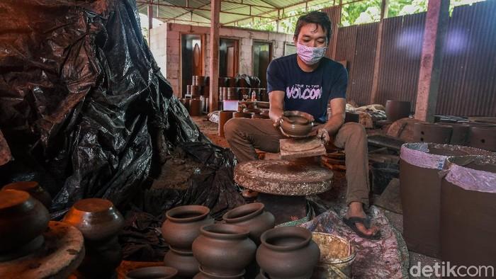 Muhammad Burhanudin (34) jadi salah satu penggagas wisata edukasi gerabah di Blitar. Di sana pengunjung dapat melihat pembuatan gerabah secara langsung.