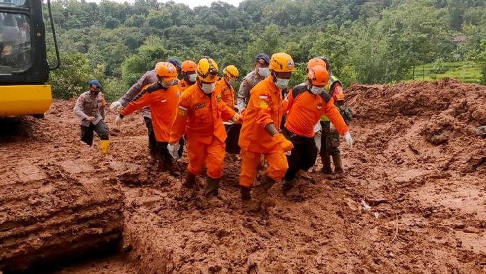 Proses pencarian-evakuasi korban longsor Nganjuk terus dilakukan. Tim evakuasi berhasil temukan 5 jenazah korban longsor hari ini dalam waktu hampir bersamaan.