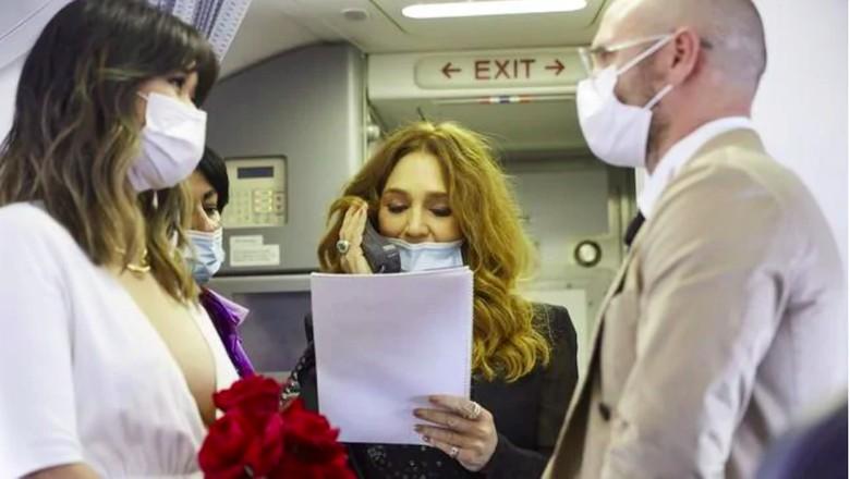Pasangan menikah di pesawat