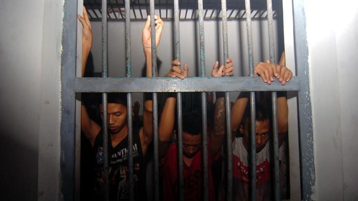 Lapas Kelas II B Slawi, Kabupaten Tegal, Jawa Tengah, saat ini over kapasitas. Lapas berkapasitas 224 orang itu kini dihuni oleh 350 narapidana.