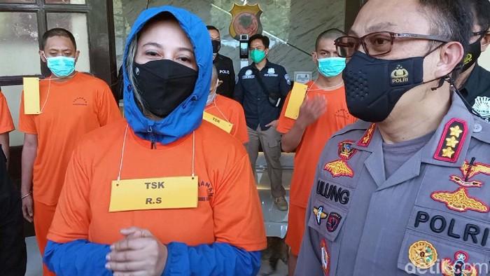 Penyanyi Rinada ditangkap Satuan Reserse Narkoba Polrestabes Bandung karena tersangkut masalah narkoba. Begini penampakan Rinada saat berbaju tahanan.