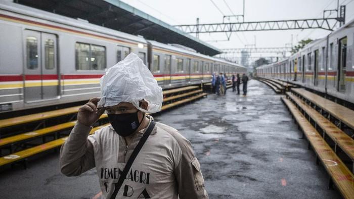 Calon penumpang menunggu kedatangan kereta di Stasiun Manggarai, Jakarta, Kamis (18/2/2021). Sejumlah perjalanan Kereta Rel Listrik (KRL) lintas Manggarai-Bogor mengalami gangguan operasional akibat banjir di kawasan Stasiun Tebet. ANTARA FOTO/Dhemas Reviyanto/wsj.