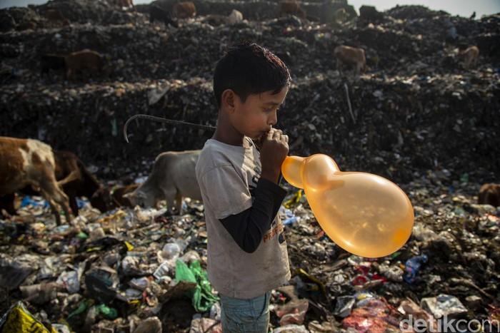 Kemiskinan jadi permasalahan di berbagai negara dunia. Di India, salah satunya, kemiskinan memaksa sejumlah anak mencari nafkah di usia belia. Berikut potretnya