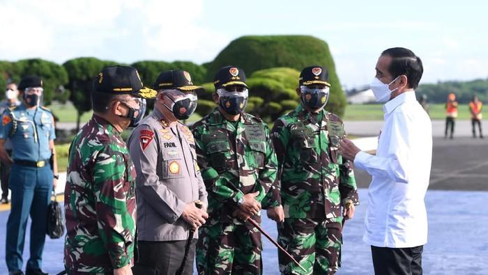 Presiden Joko Widodo saat hendak bertolak menuju Provinsi Kalimantan Selatan dari Pangkalan TNI AU Halim Perdanakusuma, Jakarta, pada Kamis, 18 Februari 2021. Foto: BPMI Setpres/Lukas