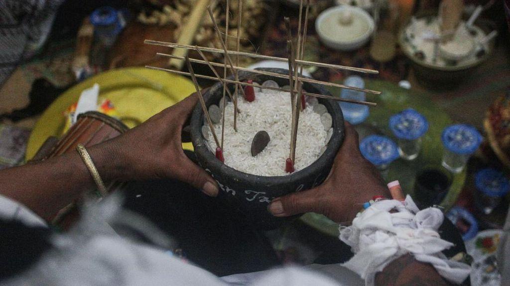 Potret Ritual Adat Suku Dayak untuk Antarkan Arwah