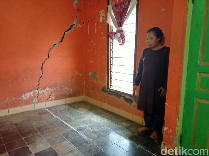 Rumah warga di Kabupaten Bandung mengalami retak gegara pergerakan tanah.