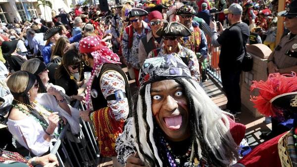 Pemain utama yang menjadi perhatian adalah anggota krewe selaku penyelenggara festival yang berpakaian seperti bajak laut. Mereka datang seolah ingin menjarah kota. (AP)