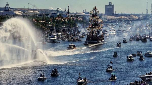 Sayang, pesta meriah ini tak akan terlihat di tahun ini karena pandemi melanda. Rencananya sih festival bajak laut tersebut akan kembali digelar tahun depan. (AP)