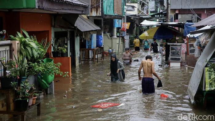 Banjir juga rendam kawasan Tebet Barat, usai kawasan Jakarta diguyur hujan deras. Banjir yang terjadi sejak pukul 13.00 WIB itu sempat capai ketinggian 1 meter.