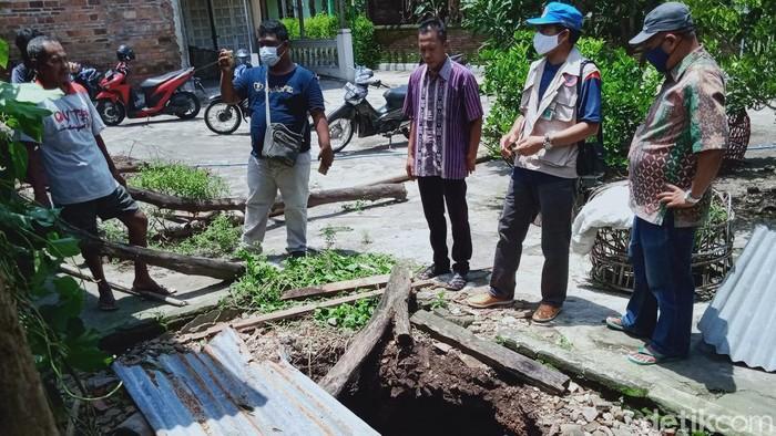 Tim Dinas ESDM Jateng turun tangan mengecek sumur warga di Klaten yang mendadak ambles, Kamis (18/2/2021).