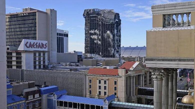 Trump Plaza Hotel dan Kasino milik Trump dihancurkan pada Rabu kemarin (17/2).