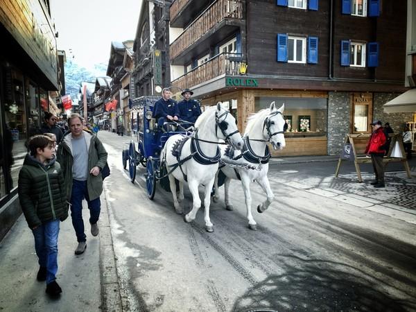 Masyarakat dan wisatawan dapat berkeliling kota menggunakan kereta kuda, mobil listrik, atau berjalan kaki. Foto: iStock