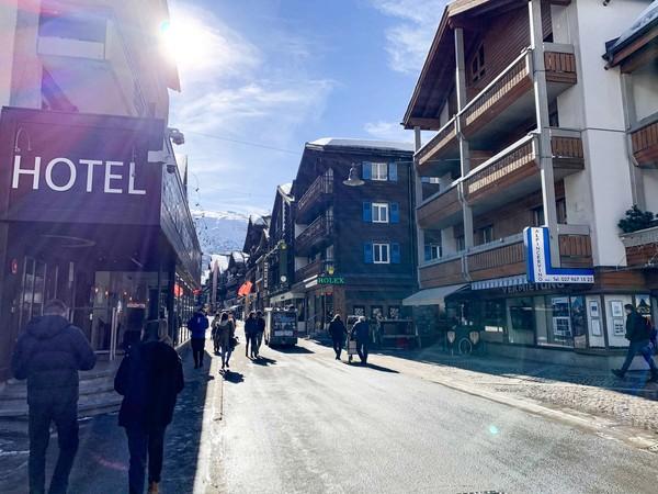 Jika melancong ke Zermatt, sempatkan untuk menyambangi jalan utama Bahnhofstrasse. Di sana terdapat berbagai pertokoan yang menjual cokelat, jam tangan, dan perhiasan. Selain itu hotel-hotel juga didirkan di sana. (Foto: iStock)