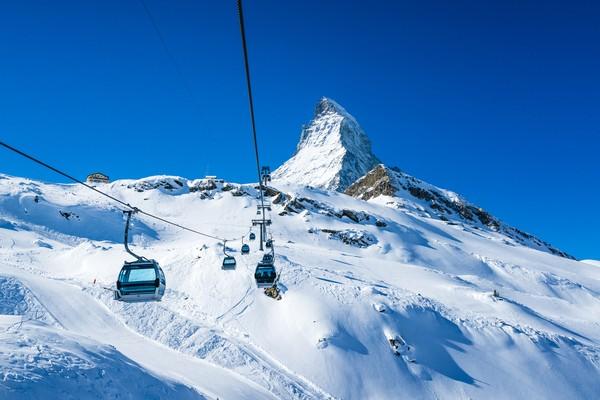 Destinasi unggulannya adalah Gunung Matterhorn. Untuk mencapai puncaknya, traveler bisa naik kereta gantung. (Foto: iStock)