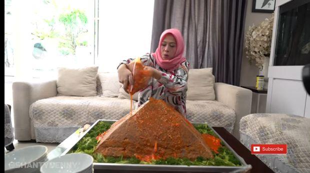Aksi Gokil Youtuber Makan Bakso 30 Kg hingga Berendam Bakso