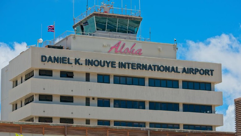 Apes sekali nasib dua wisatawan di Bandara Hawaii ini. Niat ingin menyuap petugas bandara, eh malah dilaporkan ke polisi.