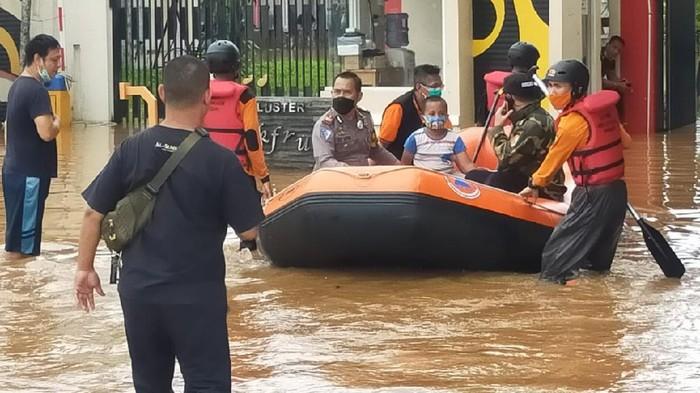 Puluhan rumah di Vila Nusa Indah Gunungputri Kabupaten Bogor kembali terendam banjir, Jumat (19/2/2021). Banjir disebabkan luapan Sungai Cileungsi setelah kawasan hulu sungai dilanda hujan deras.