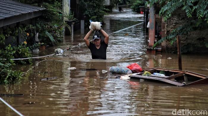 Sejumlah warga beraktivitas di kawasan yang terendam banjir di Cipinang Melayu, Jakarat Timu, Jumat (19/2). Banjir setinggi 1 meter lebih itu sejak jam 3 dini hari tadi. Dan saat ini masih membutuhkan evakuasi dan tempat pengungsian.