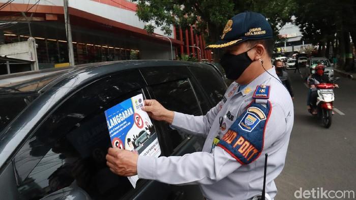 Dinas Perhubungan (Dishub) Kota Bandung menggelar penertiban terhadap mobil dan motor yang parkir liar. Ini foto-fotonya.