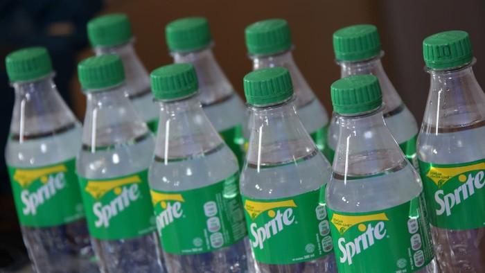 Dalam rangka memperingati Hari Peduli Sampah Nasional bertema 'Sampah Bahan Baku Ekonomi Saat Pandemi', Coca-cola Indonesia meluncurkan kemasan daur ulang.
