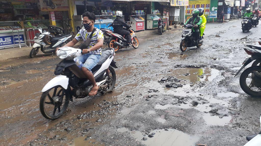 Jl Raya Pabuaran Kabupaten Bogor sempat ditambal dengan batu, namun kembali rusak.