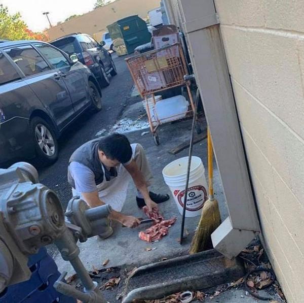 Karyawan restoran China memotong daging di lantai. Higienis enggak, ya?