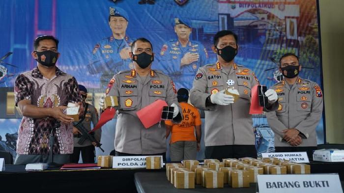 Polisi Jatim mengungkap kasus jual beli detonator untuk bom ikan. Ada 3 ribu detonator yang  disita dari dua tersangka.