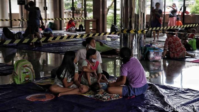 Ratusan korban banjir Cipinang Melayu ketat menerapkan protokol kesehatan di posko pengungsian dengan menjaga jarak