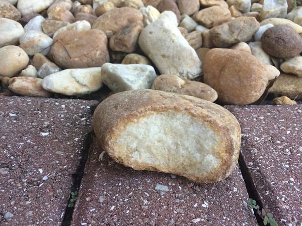 Ini bukan roti, ini adalah batu yang mirip dengan roti. Jangan dimakan!