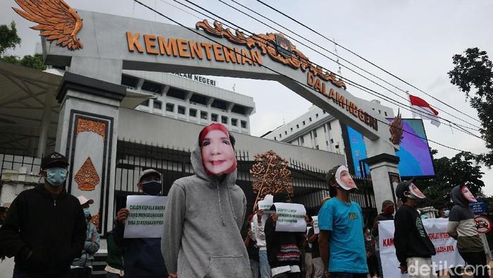 Massa yang tergabung dalam LSM Informasi Sosial (Infosos) Lampung menggelar aksi demo di kantor Kementerian Dalam Negeri, Jakarta.