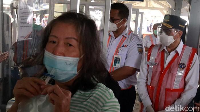 Menteri Perhubungan (Menhub) Budi Karya Sumadi meninjau pelaksanaan GeNose C-19 di Stasiun Kota Bandung, Jawa Barat, Jumat (19/2/2021).