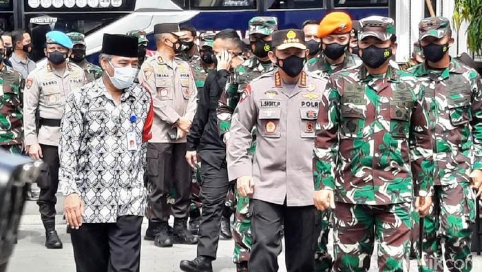 Panglima TNI Marsekal Hadi Tjahjanto dan Kapolri Jenderal Listyo Sigit Prabowo kunjungan kerja di Maguwoharjo, Depok, Sleman, Jumat (19/2/2021).