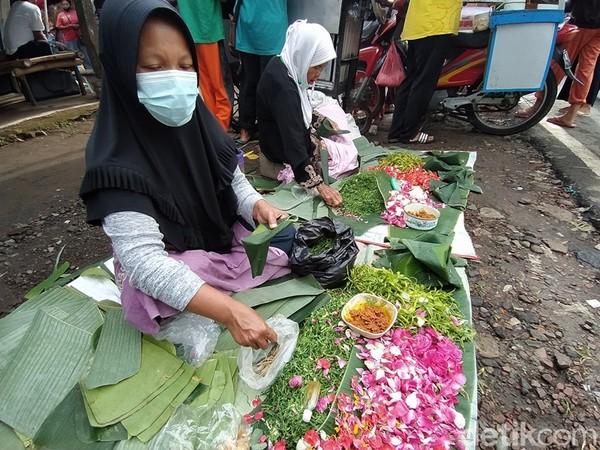 Di bagian depan pasar, banyak pedagang bunga. Kebanyakan pengunjung yang datang ke pasar ini, rata-rata sebelumnya pernah bernazar. (Eko Susanto/detikTravel)