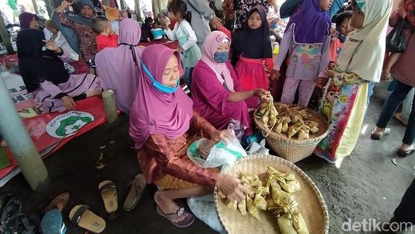 Adapun di pasar ini yang berjualan komplit sekali. Suasana alami sebagai pasar tradisional masih sangat kental sekali. Menu kuliner juga tersedia, kemudian penyajiannya kebanyakan dengan lesehan. (Eko Susanto/detikTravel)