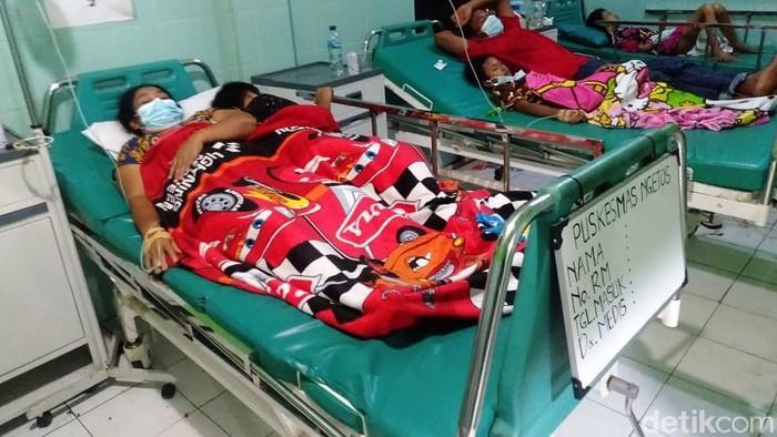 Pengungsi longsor Nganjuk di Selopuro, Ngetos mengalami keracunan massal. Polisi memastikan bahwa makanan yang disantap pengungsi bukan dari dapur umum.