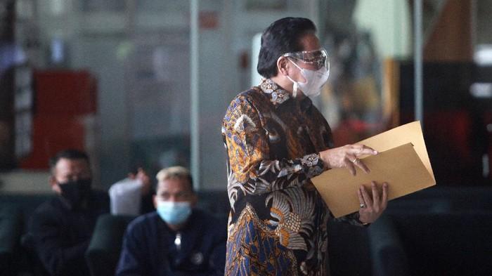 Pengacara Hotma Sitompul tiba di Gedung KPK Jakarta, Jumat (19/2/2020) untuk menjalani pemeriksaan.