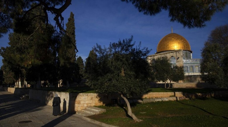 Snow covers the Dome of the Rock Mosque Yerusalem diselimuti salju. Bangunan suci seperti kompleks Masjid Al Aqsa dan Tembok Ratapan terlihat memutih.