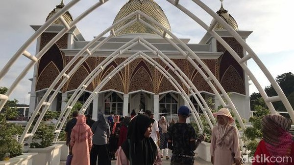 Sesuai namanya, masjid ini memang berada di bibir laut dan tampil seperti terapung. Sejak diresmikan, keberadaan masjid ini langsung menjadi magnet warga, dan diperkirakan bakal menjadi ikon wisata baru di Pesisir Selatan.