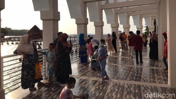 Masjid terapung Samudera Ilahi dibangun di atas lahan seluas 1.795 meter persegi, dan menelan biaya Rp 27,5 miliar. Masjid Terapung ini pas sekali digunakan untuk wisata religi.