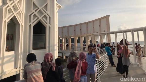 Bangunan inti masjid bisa menampung 300 jemaah, lalu ada selasar, 2 menara setinggi 32 meter dan taman. Pembangunan Masjid Samudera Ilahi sebagai sarana ibadah sekaligus sebagai pusat informasi kebudayaan dan perkembangan agama Islam di Kabupaten Pesisir Selatan.