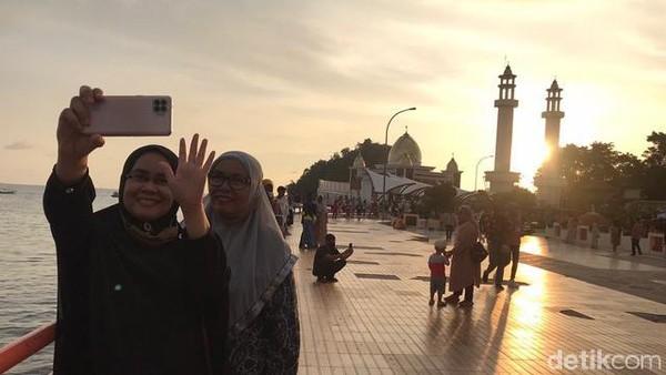 Tak hanya sekedar wisata bahari semata, melainkan juga wisata religi bisa dinikmati di sini. Carocok berada sekitar satu setengah jam perjalanan dari pusat Kota Padang. Wajib dicoba kalau pulang ke Sumatera Barat.