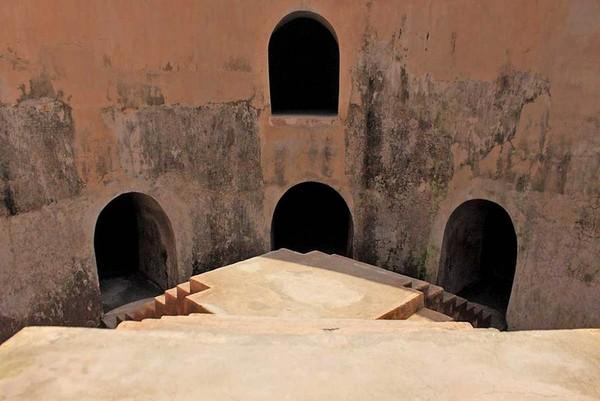 Menariknya, di balik pesona Taman Sari tersembunyi sebuah masjid tersembunyi yang disebut Sumur Gumuling. Lokasinya hanya dapat dicapai dengan melewati lorong bawah tanah bernama Tajug yang seperti labirin. (Randy/detikcom)