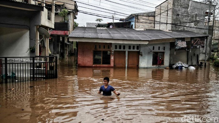 Banjir merendam Cipinang Melayu, Jakarat Timu, Jumat (19/2). TNI pun dikerahkan untuk mengevakuasi warga yang terjebak banjir.
