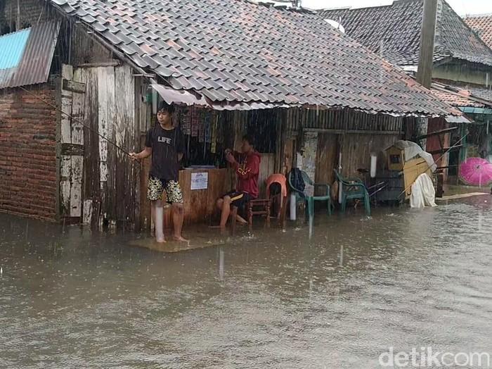 Warga Kota Pekalongan santuy mancing di tengah banjir, Jumat (19/2/2021).