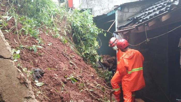 3 Rumah di Cimanggis, Depok, tertimbun longsor.. Foto dikirim narasumber Kabid Penanggulangan Bencana Dinas Damkar Kota Depok Denny Romulo.