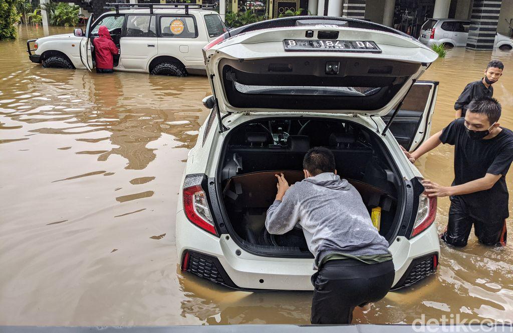 Wilayah Kemang, Jakarta Selatan (Jaksel) ikut terdampak banjir. Sejumlah mobil yang tak sempat dievakuasi pemiliknya ikut terendam banjir.