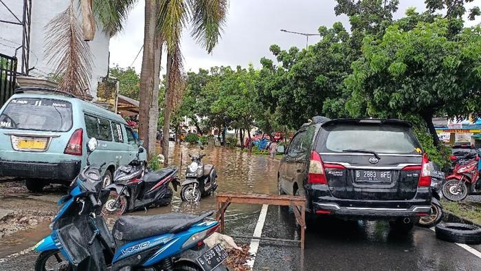 Banjir di Jalan Meruya Ilir, Jakarta Barat, Sabtu (20/2).