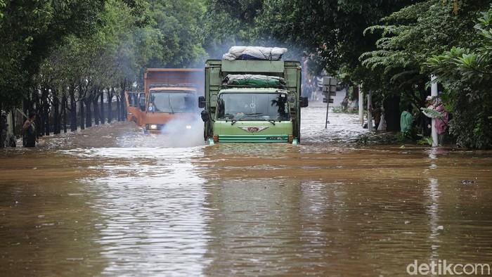 Banjir setinggi 60-100 Cm nampak masih menggenangi jalan TB Simatupang di kawasan Ragunan, Jakarta Selatan, Sabtu (20/2/2021). Akibat banjir yang menutupi jalan samping Kementerian Pertanian ini membuatnya lumpuh dan tak bisa dilewati motor maupun mobil.